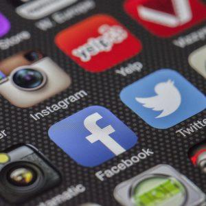 écran de smartphone avec différentes applications de réseaux osicuax