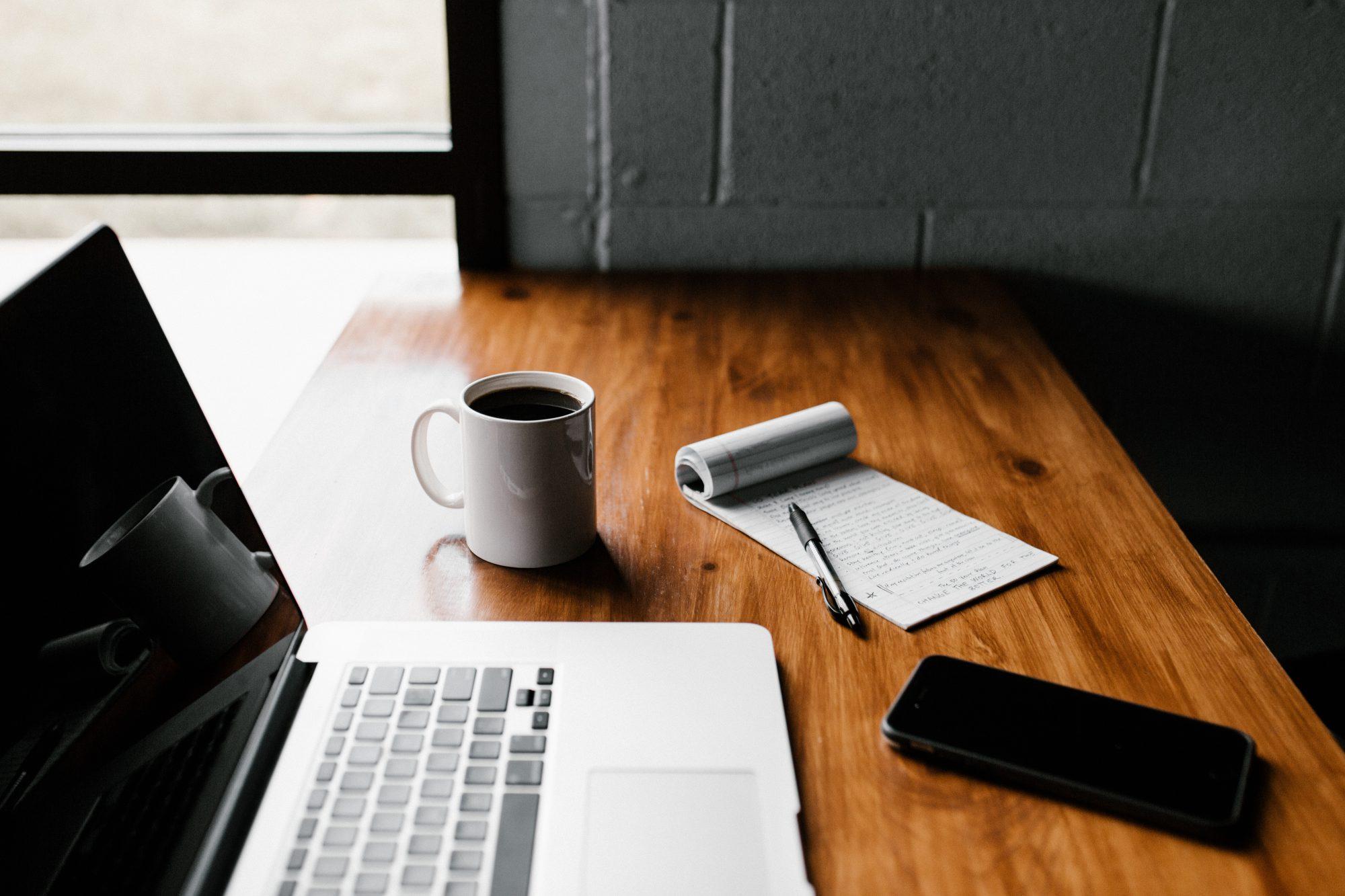 ordinateur sur bureau avec café téléphone et bloc notes
